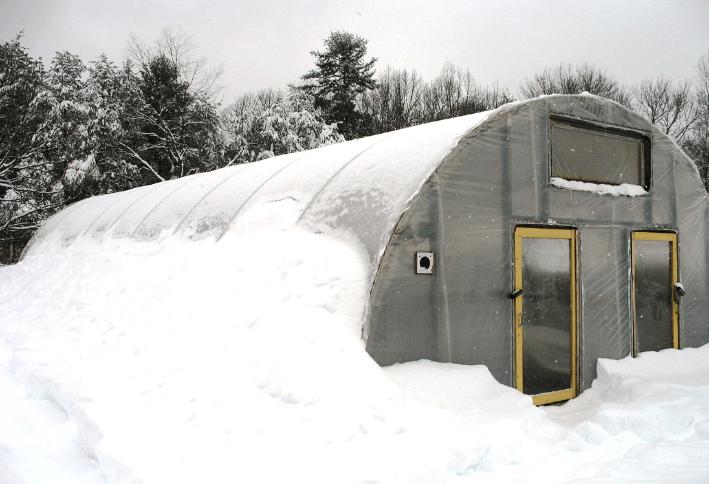 Теплица из поликарбоната, дополнительно утепленная снегом