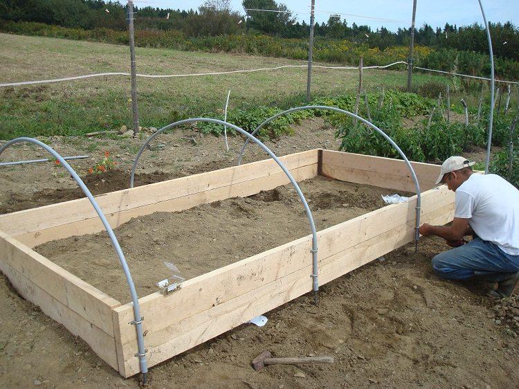 Трубы нужно хорошо закреплять на основании, чтобы конструкция была устойчивой к порывам ветра