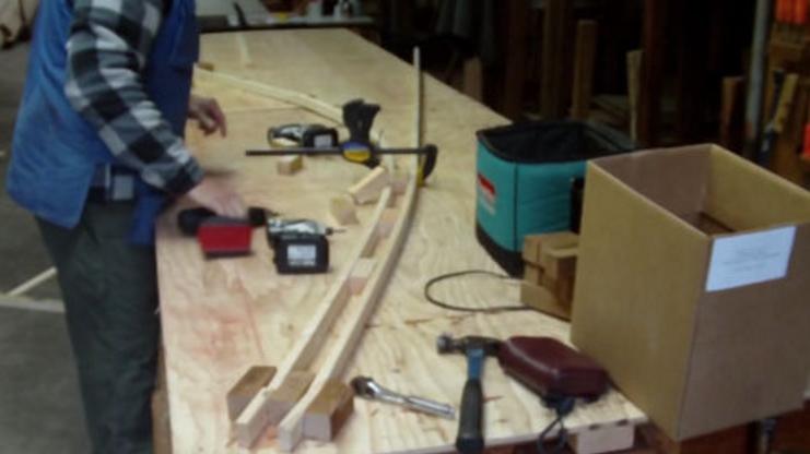 Укладка верхней ламели деревянной дуги тепличного каркаса