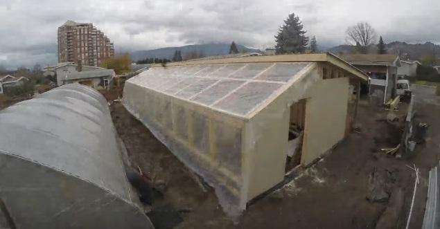 Южная стена и сторона крыши обшивается толстой полиэтиленовой пленкой