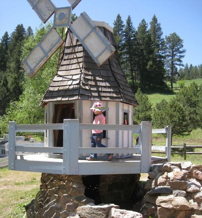 Детский домик в виде садовой мельницы