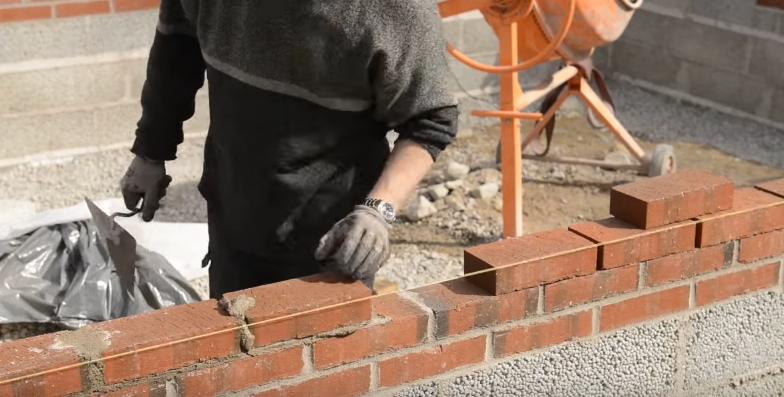 Для улучшения внешнего вида постройки верхнюю часть цоколя можно выполнить не из пенобетона, а из красного кирпича