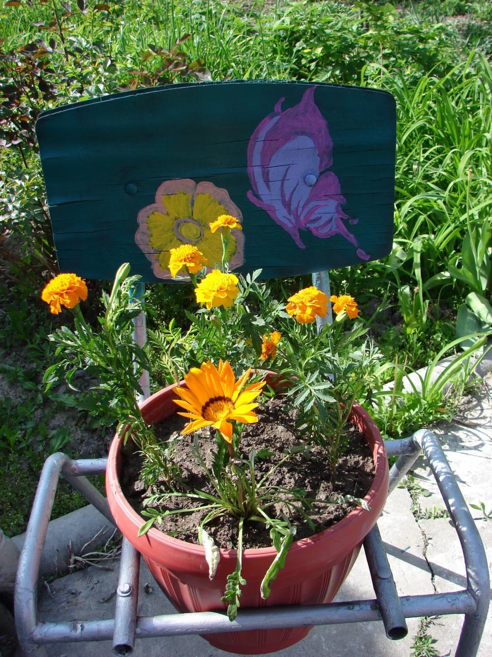 Горшок с цветами установлен на стул