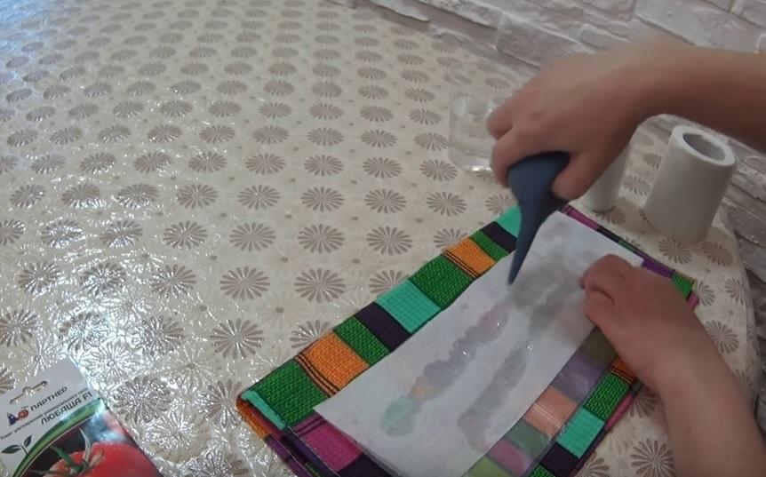 Каждый слой бумаги увлажняется