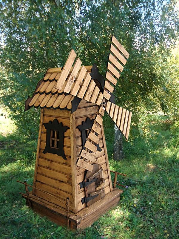 Лучшим окружением для деревянных поделок станет зеленая лужайка