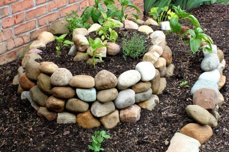 Многоярусная клумба из крупных камней