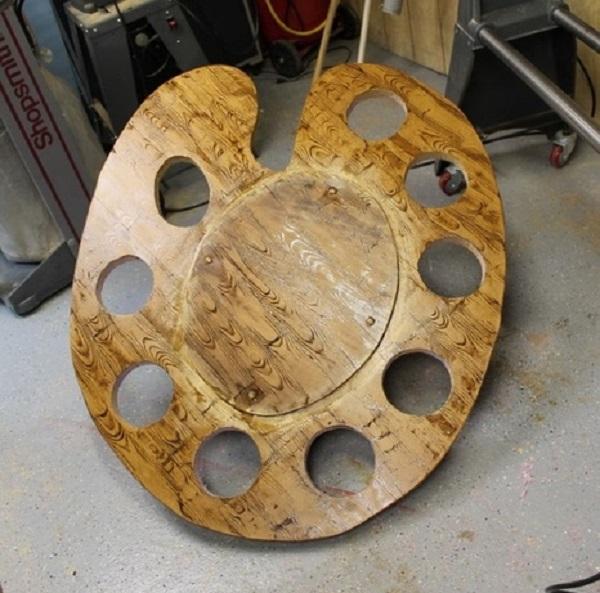 Основную часть клумбы, если она сделана из фанеры или мебельного щита, покрываем морилкой, а затем лаком