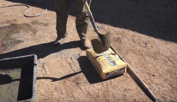 Посередине мешка с цементом можно сделать надрез