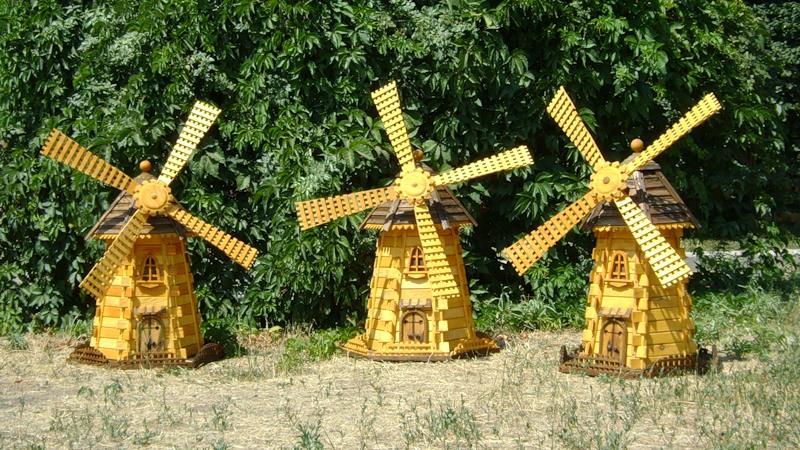 Пример украшения различными декоративными элементами наподобие заборчиков и окошек