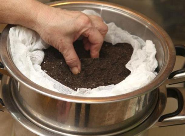 Пропаривание грунта из своего сада позволяет избавиться от «нежеланных гостей» - семян сорняков и личинок вредителей