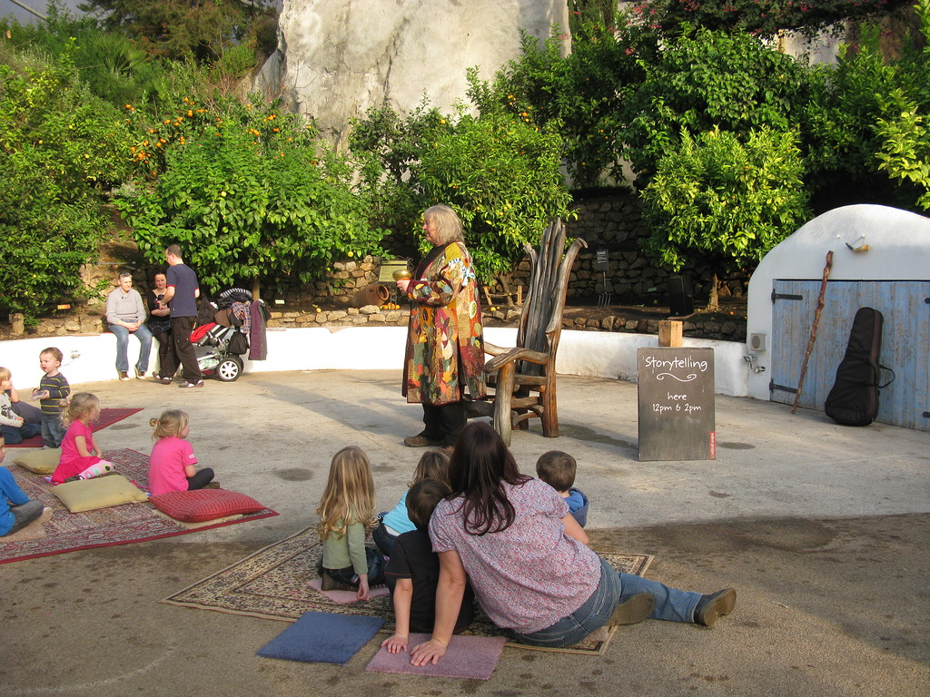 Сказитель рассказывает детям истории