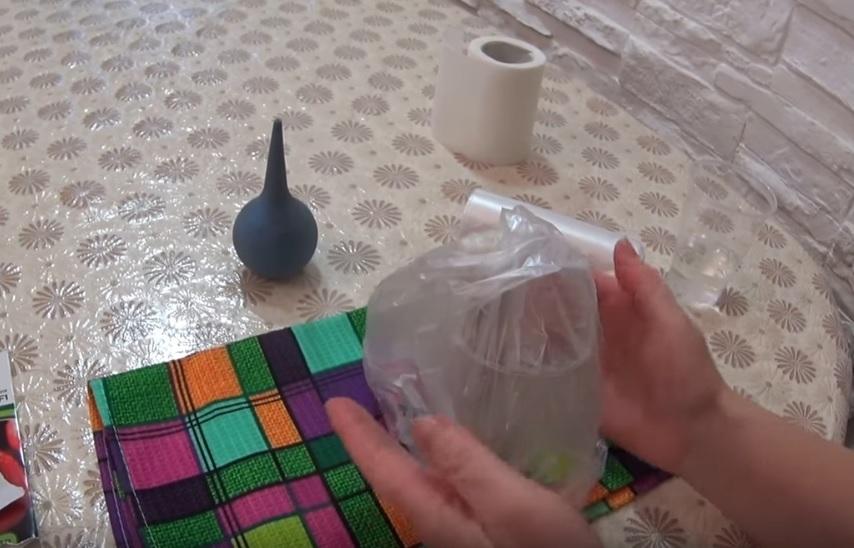 Стаканчик накрывается полиэтиленовым пакетом