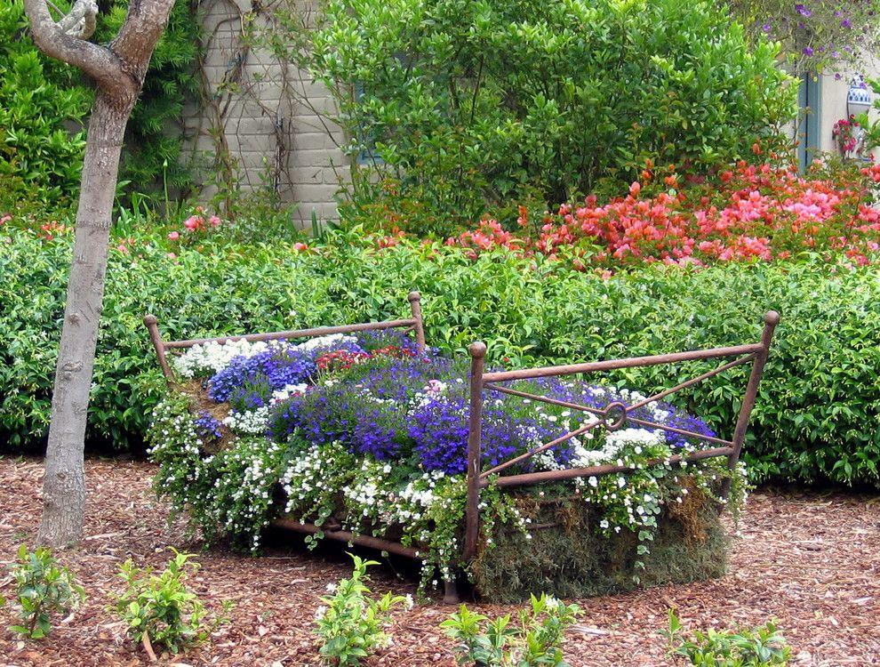 Старая железная кровать — отличная основа для шикарного цветника
