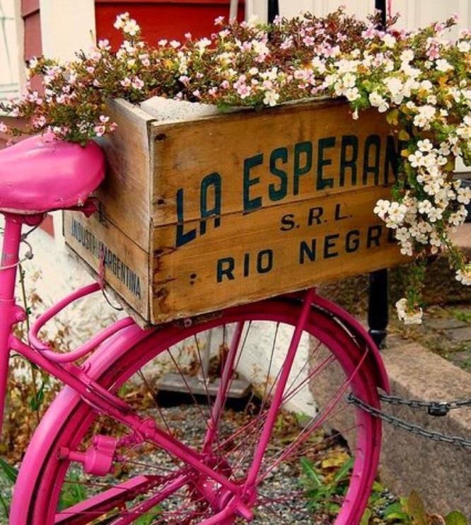 Старый велосипед в качестве клумбы