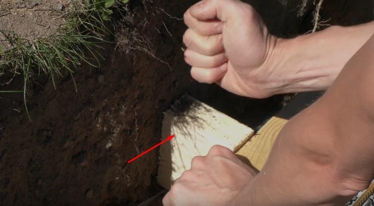 Стенка опалубки подпирается бруском