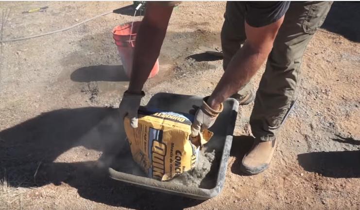 Так удобнее высыпать цемент