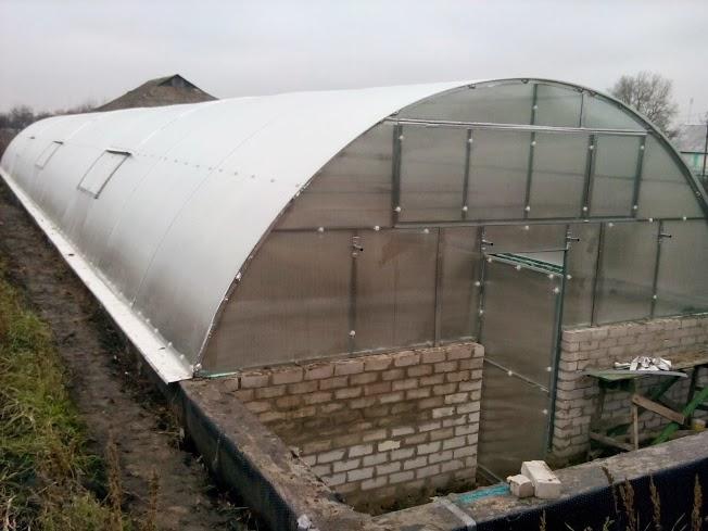 Траншейная теплица с арочной крышей
