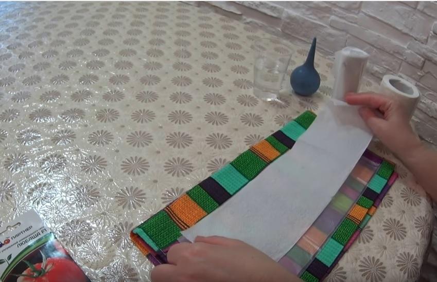 Туалетная бумага укладывается поверх пакета