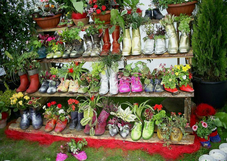 Яркий цветник из старой обуви