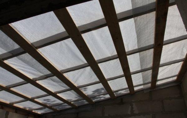 Конструкция укрыта пароизоляционным материалом