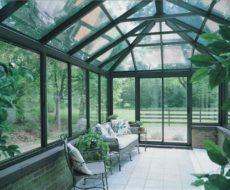 Зимний сад с каркасом из алюминия с обшивкой из стеклопакетов и цоколем, сложенным из кирпича. Последний необходим для лучшей теплоизоляции сооружения